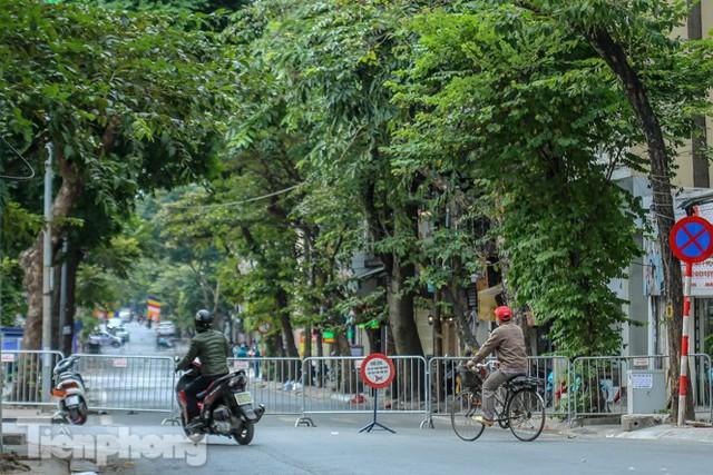 Rào chắn tứ phía cả khu phố Hà Nội vì phát hiện bom chưa nổ - Ảnh 8.