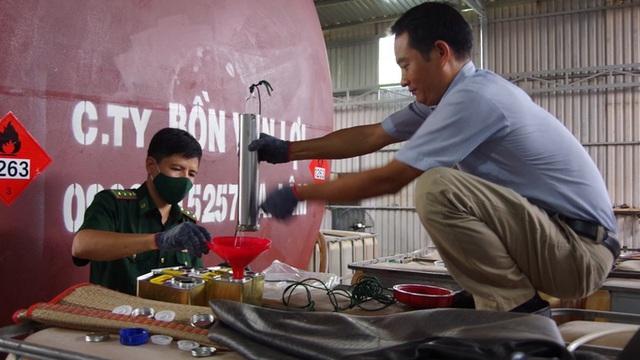 Hàng ngàn lít xăng giả tại Vũng Tàu được sản xuất như thế nào? - Ảnh 2.