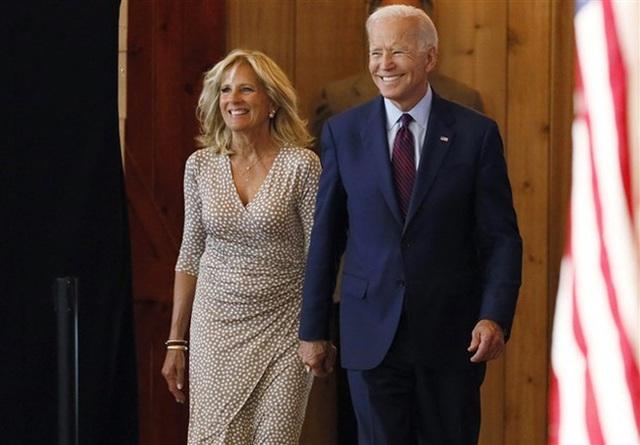 Hậu phương của ông Biden: Vị phu nhân gần 70 tuổi sắc nước hương trời với gu thời trang thanh lịch, giản dị đậm nét Hoàng gia - Ảnh 2.