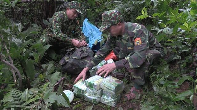 Phát hiện trinh sát chặn đường, nhóm buôn hàng vứt 4 tải chứa 100kg ma túy đá - Ảnh 3.