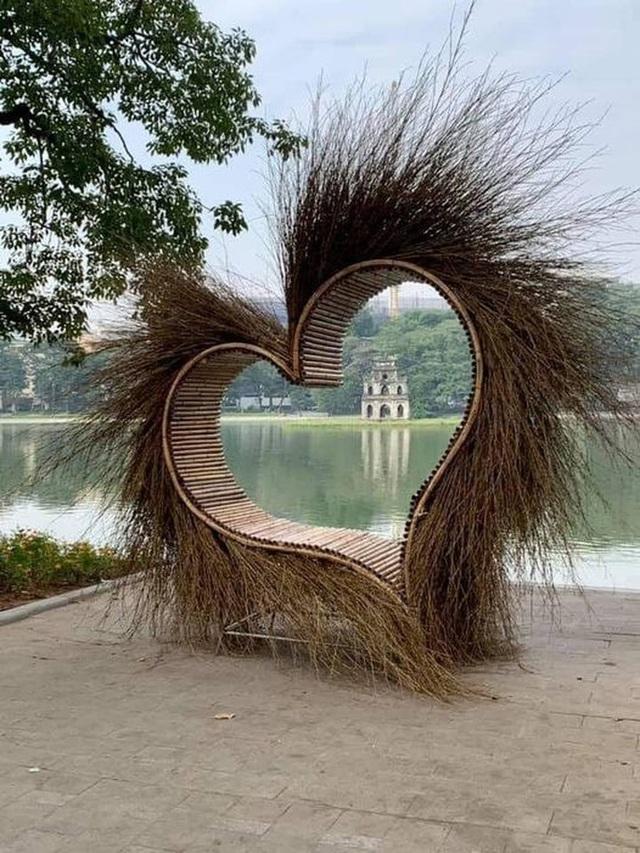 Hà Nội tháo dỡ trái tim quái dị bên Hồ Gươm  - Ảnh 1.