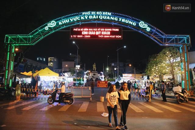 Cận cảnh phố đi bộ đêm thứ 3 vừa hoạt động thử nghiệm ở Sài Gòn - Ảnh 2.