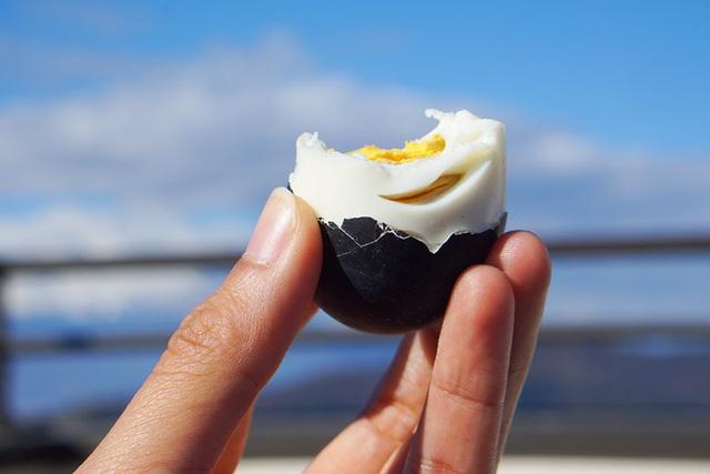 Thực hư loại trứng gà đen như than ăn 1 quả thọ thêm 7 năm đang gây sốt - Ảnh 2.