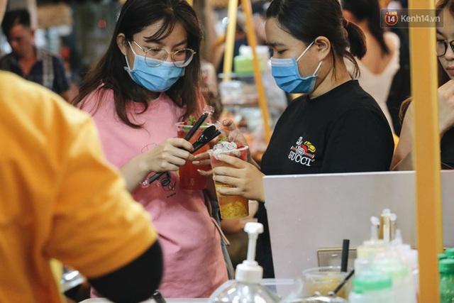 Cận cảnh phố đi bộ đêm thứ 3 vừa hoạt động thử nghiệm ở Sài Gòn - Ảnh 19.