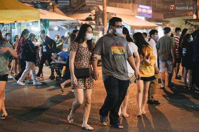 Cận cảnh phố đi bộ đêm thứ 3 vừa hoạt động thử nghiệm ở Sài Gòn - Ảnh 21.