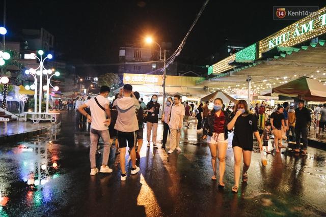 Cận cảnh phố đi bộ đêm thứ 3 vừa hoạt động thử nghiệm ở Sài Gòn - Ảnh 6.