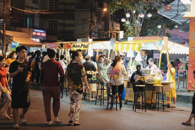 Cận cảnh phố đi bộ đêm thứ 3 vừa hoạt động thử nghiệm ở Sài Gòn - Ảnh 10.