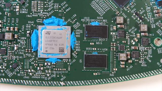 Mổ bụng chảo vệ tinh Đĩa Thị Mặt Mẹt của Starlink: toàn là chip do SpaceX tự sản xuất, có dàn ăng-ten tí hon hướng lên trời tự động dò vệ tinh để bắt sóng - Ảnh 21.