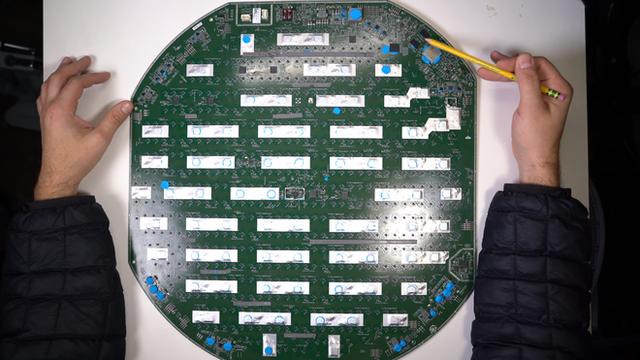 Mổ bụng chảo vệ tinh Đĩa Thị Mặt Mẹt của Starlink: toàn là chip do SpaceX tự sản xuất, có dàn ăng-ten tí hon hướng lên trời tự động dò vệ tinh để bắt sóng - Ảnh 22.