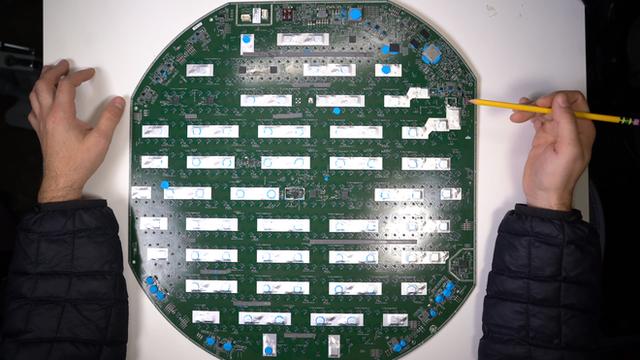 Mổ bụng chảo vệ tinh Đĩa Thị Mặt Mẹt của Starlink: toàn là chip do SpaceX tự sản xuất, có dàn ăng-ten tí hon hướng lên trời tự động dò vệ tinh để bắt sóng - Ảnh 24.