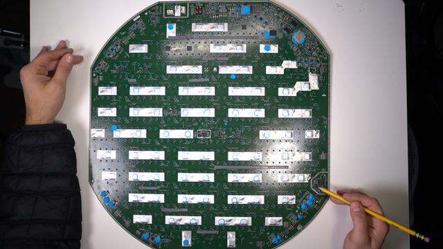 Mổ bụng chảo vệ tinh Đĩa Thị Mặt Mẹt của Starlink: toàn là chip do SpaceX tự sản xuất, có dàn ăng-ten tí hon hướng lên trời tự động dò vệ tinh để bắt sóng - Ảnh 25.