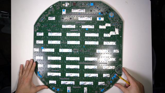 Mổ bụng chảo vệ tinh Đĩa Thị Mặt Mẹt của Starlink: toàn là chip do SpaceX tự sản xuất, có dàn ăng-ten tí hon hướng lên trời tự động dò vệ tinh để bắt sóng - Ảnh 27.