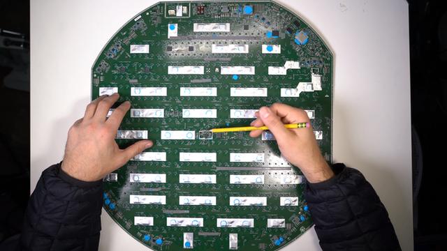 Mổ bụng chảo vệ tinh Đĩa Thị Mặt Mẹt của Starlink: toàn là chip do SpaceX tự sản xuất, có dàn ăng-ten tí hon hướng lên trời tự động dò vệ tinh để bắt sóng - Ảnh 28.