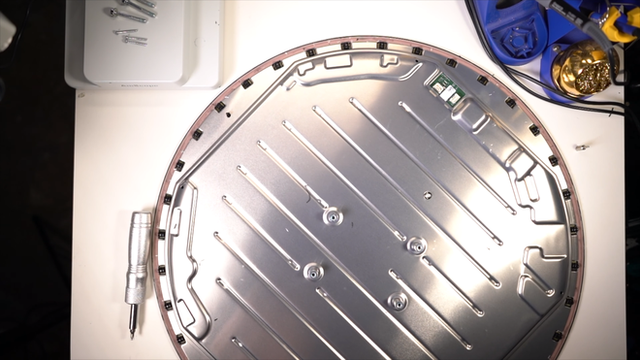 Mổ bụng chảo vệ tinh Đĩa Thị Mặt Mẹt của Starlink: toàn là chip do SpaceX tự sản xuất, có dàn ăng-ten tí hon hướng lên trời tự động dò vệ tinh để bắt sóng - Ảnh 9.