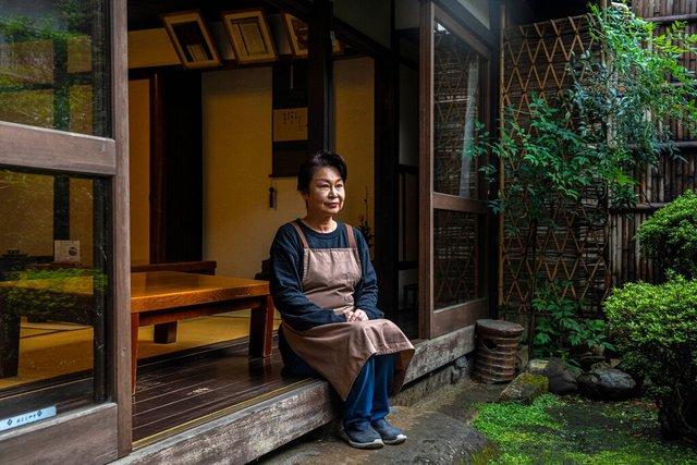 Bí quyết tồn tại qua hơn 1 thiên niên kỷ của tiệm bánh mochi nướng ở Nhật Bản: Suốt 1020 năm chỉ làm 1 sản phẩm duy nhất và cố gắng làm thật tốt! - Ảnh 1.