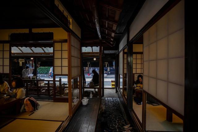 Bí quyết tồn tại qua hơn 1 thiên niên kỷ của tiệm bánh mochi nướng ở Nhật Bản: Suốt 1020 năm chỉ làm 1 sản phẩm duy nhất và cố gắng làm thật tốt! - Ảnh 2.