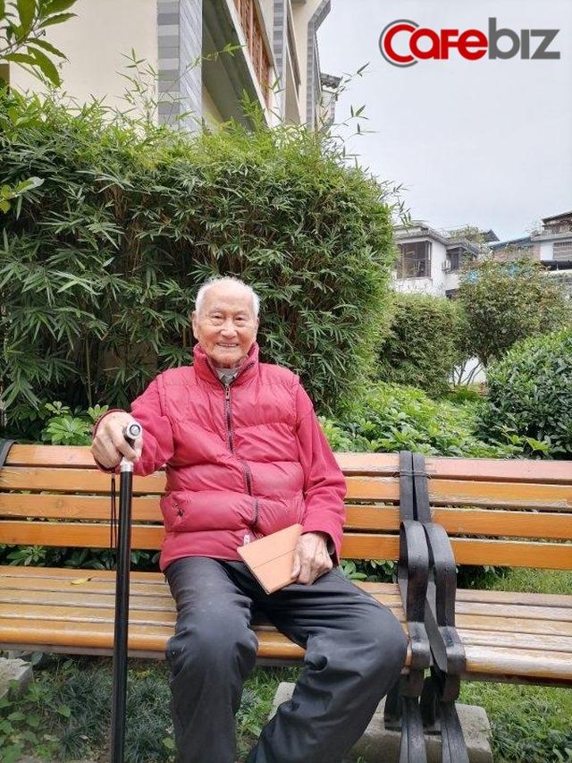 Ông lão 103 tuổi mỗi ngày đều lên mạng học và chia sẻ bí quyết vui vẻ sống lâu của mình là... điện thoại di động - Ảnh 1.