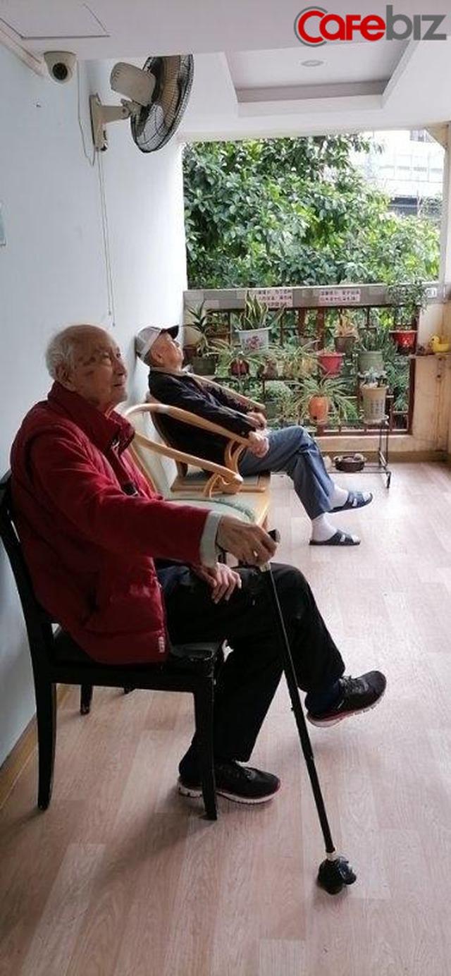 Ông lão 103 tuổi mỗi ngày đều lên mạng học và chia sẻ bí quyết vui vẻ sống lâu của mình là... điện thoại di động - Ảnh 3.