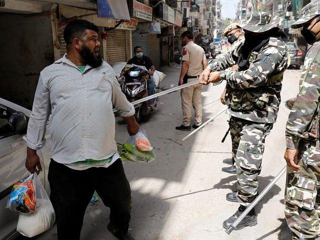 Cảnh sát Ấn Độ thẳng tay trừng phạt người vi phạm lệnh phong tỏa vì Covid-19: Từ quất gậy đến bắt chống đẩy giữa phố để răn đe - Ảnh 3.