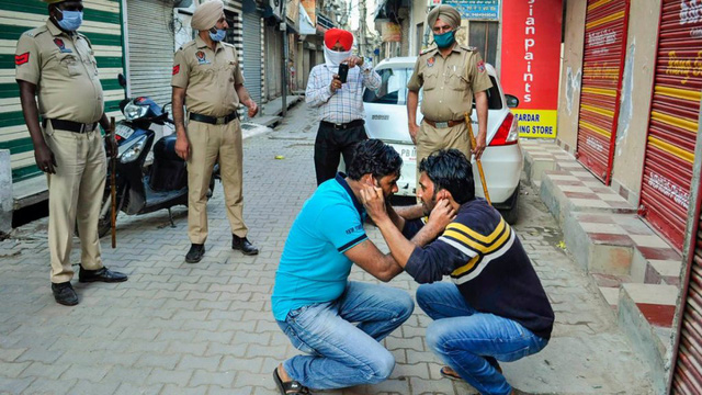 Cảnh sát Ấn Độ thẳng tay trừng phạt người vi phạm lệnh phong tỏa vì Covid-19: Từ quất gậy đến bắt chống đẩy giữa phố để răn đe - Ảnh 4.