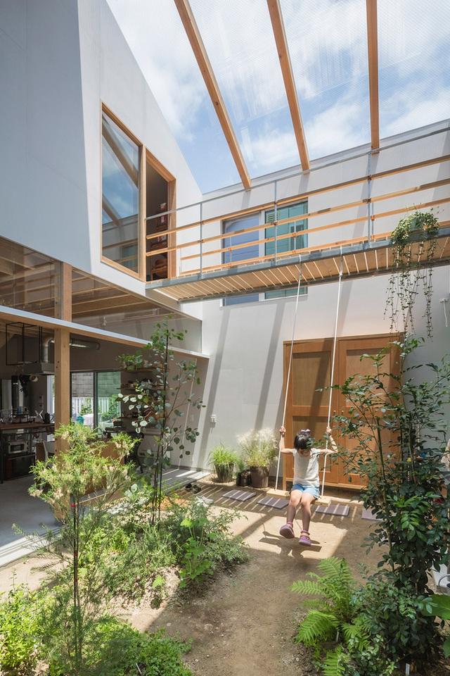 Căn nhà yên vui dưới bóng nắng và cây xanh của gia đình trẻ ở Nhật Bản - Ảnh 2.