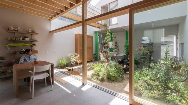 Căn nhà yên vui dưới bóng nắng và cây xanh của gia đình trẻ ở Nhật Bản - Ảnh 3.