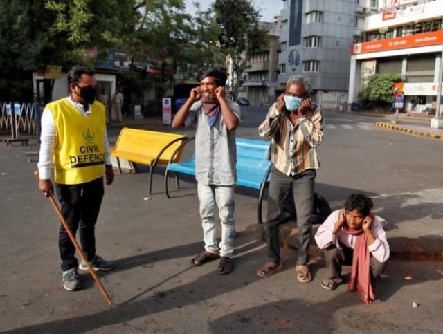 Cảnh sát Ấn Độ thẳng tay trừng phạt người vi phạm lệnh phong tỏa vì Covid-19: Từ quất gậy đến bắt chống đẩy giữa phố để răn đe - Ảnh 2.