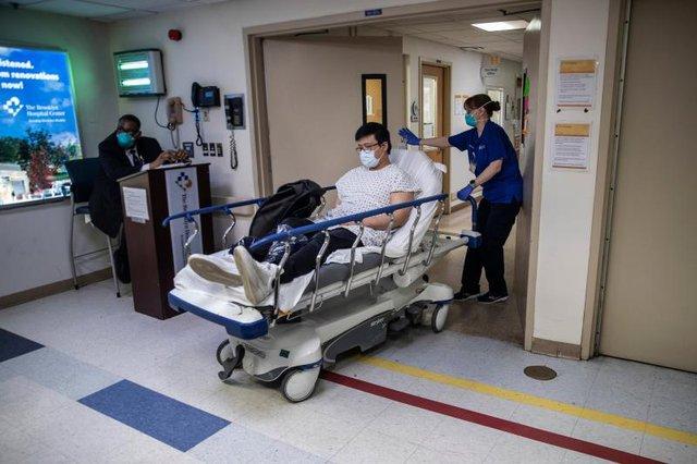 Bệnh viện ở New York bật chế độ thảm họa, bác sĩ thành bệnh nhân Covid-19 - Ảnh 3.