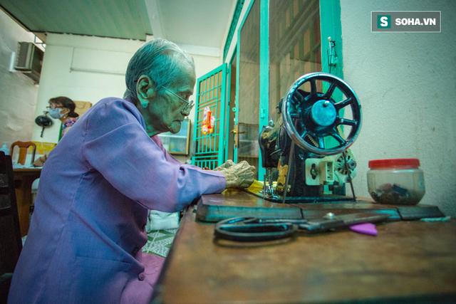 Mẹ Việt Nam Anh hùng 97 tuổi may khẩu trang tặng người nghèo phòng dịch Covid-19 - Ảnh 1.