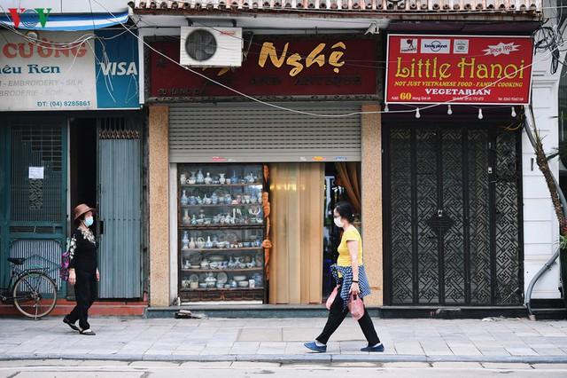 Phố phường Hà Nội tĩnh lặng sau lệnh đóng cửa quán xá của Thủ tướng - Ảnh 1.