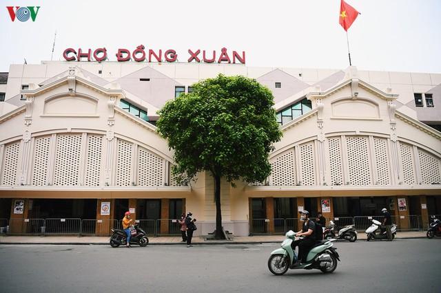 Phố phường Hà Nội tĩnh lặng sau lệnh đóng cửa quán xá của Thủ tướng - Ảnh 11.