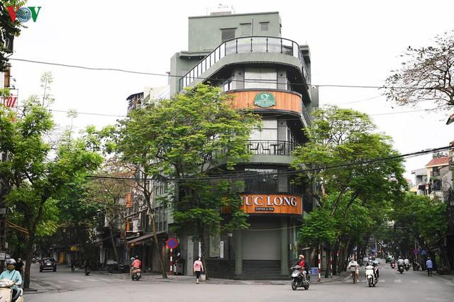 Phố phường Hà Nội tĩnh lặng sau lệnh đóng cửa quán xá của Thủ tướng - Ảnh 12.