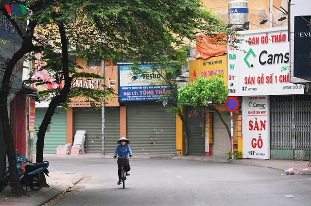 Phố phường Hà Nội tĩnh lặng sau lệnh đóng cửa quán xá của Thủ tướng - Ảnh 14.