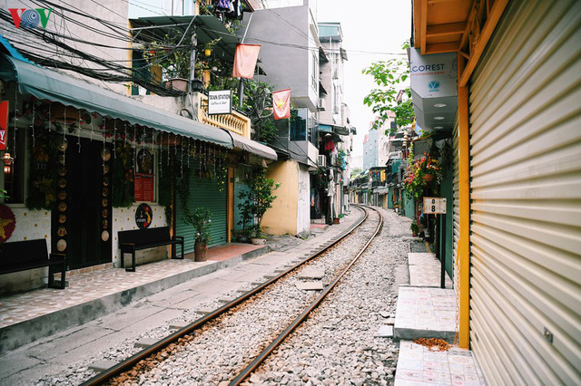 Phố phường Hà Nội tĩnh lặng sau lệnh đóng cửa quán xá của Thủ tướng - Ảnh 15.