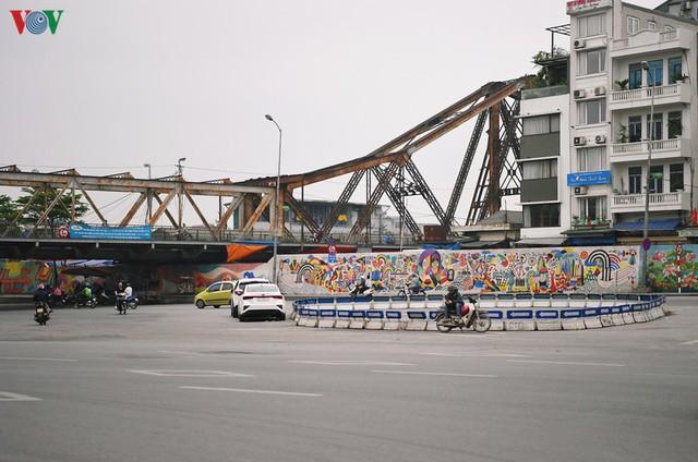 Phố phường Hà Nội tĩnh lặng sau lệnh đóng cửa quán xá của Thủ tướng - Ảnh 16.