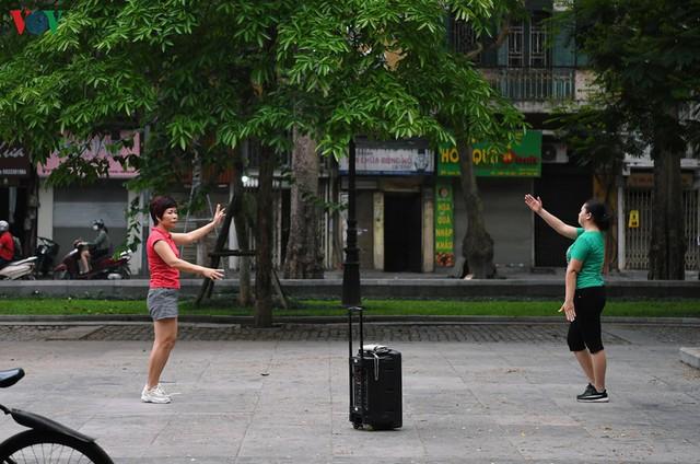 Phố phường Hà Nội tĩnh lặng sau lệnh đóng cửa quán xá của Thủ tướng - Ảnh 18.