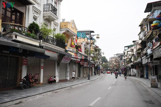 Phố phường Hà Nội tĩnh lặng sau lệnh đóng cửa quán xá của Thủ tướng - Ảnh 3.