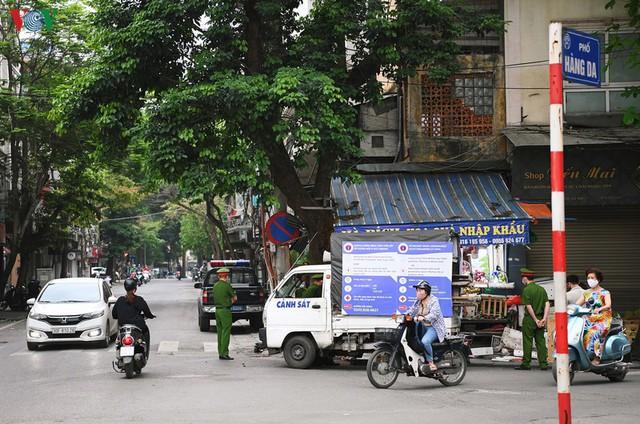 Phố phường Hà Nội tĩnh lặng sau lệnh đóng cửa quán xá của Thủ tướng - Ảnh 5.