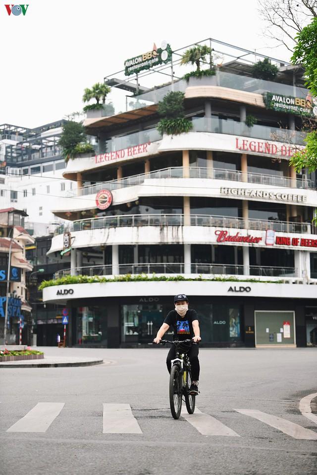 Phố phường Hà Nội tĩnh lặng sau lệnh đóng cửa quán xá của Thủ tướng - Ảnh 7.