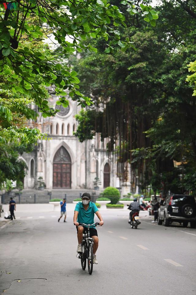 Phố phường Hà Nội tĩnh lặng sau lệnh đóng cửa quán xá của Thủ tướng - Ảnh 8.