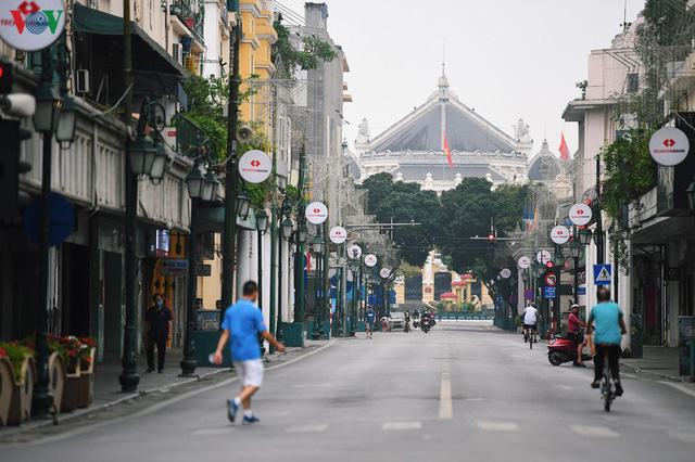 Phố phường Hà Nội tĩnh lặng sau lệnh đóng cửa quán xá của Thủ tướng - Ảnh 9.