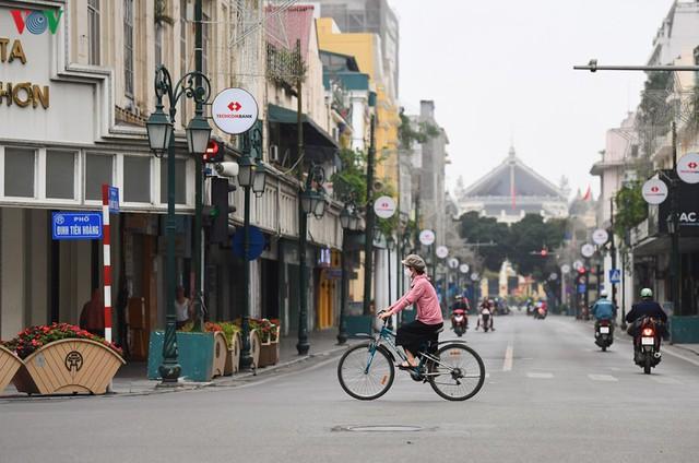 Phố phường Hà Nội tĩnh lặng sau lệnh đóng cửa quán xá của Thủ tướng - Ảnh 10.