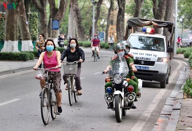 Hà Nội xử lý hàng loạt người không đeo khẩu trang nơi công cộng - Ảnh 1.