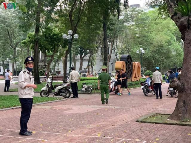 Hà Nội xử lý hàng loạt người không đeo khẩu trang nơi công cộng - Ảnh 2.