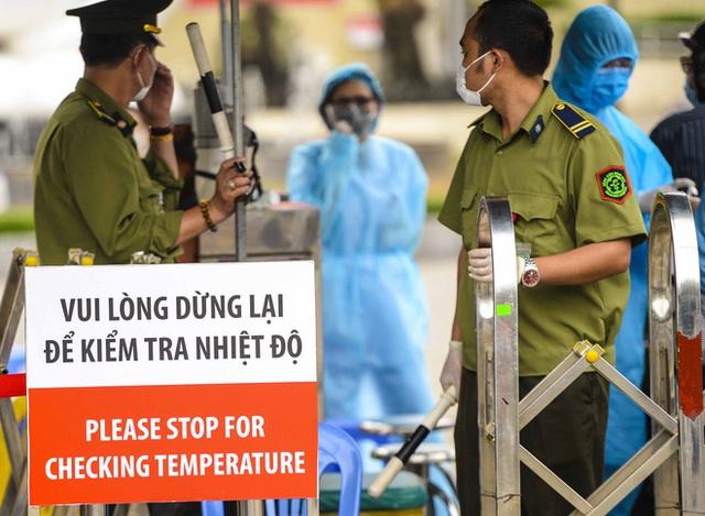 [Ảnh] Đoàn xe ô tô đưa hàng trăm người rời viện Bạch Mai sau khi phun tiêu trùng, khử độc - Ảnh 1.
