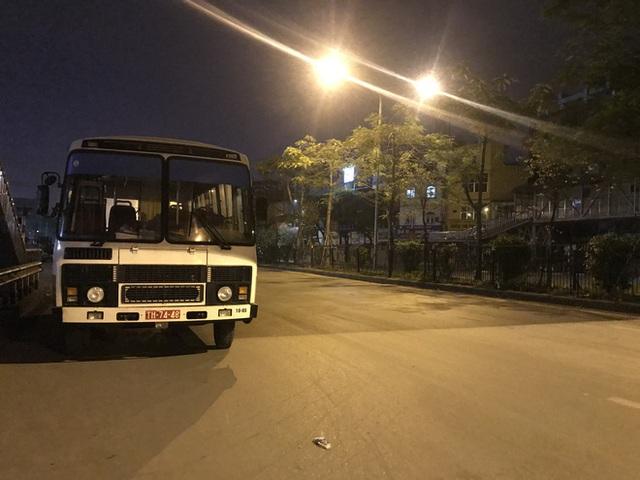 [Ảnh] Đoàn xe ô tô đưa hàng trăm người rời viện Bạch Mai sau khi phun tiêu trùng, khử độc - Ảnh 11.