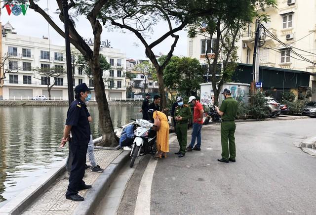 Hà Nội xử lý hàng loạt người không đeo khẩu trang nơi công cộng - Ảnh 3.