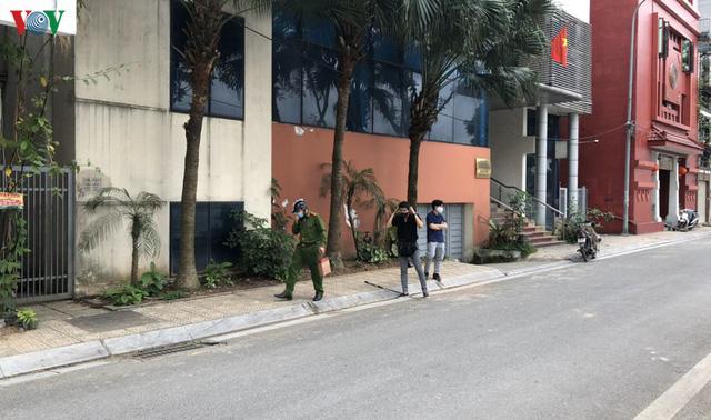 Hà Nội xử lý hàng loạt người không đeo khẩu trang nơi công cộng - Ảnh 4.