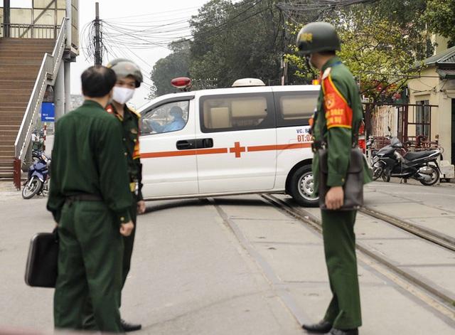 [Ảnh] Đoàn xe ô tô đưa hàng trăm người rời viện Bạch Mai sau khi phun tiêu trùng, khử độc - Ảnh 4.