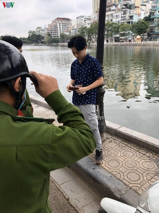 Hà Nội xử lý hàng loạt người không đeo khẩu trang nơi công cộng - Ảnh 5.
